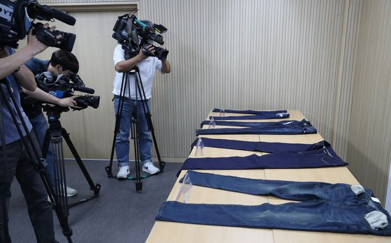 Jeans containing toxic materials that could cause cancer are displayed at the Korea Consumer Agency's Seoul office on Tuesday. Among 30 jean brands studied, four were found to have failed safety tests. [YONHAP]