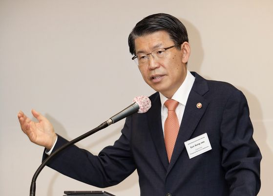 Financial Services Commission Chairman Eun Sung-soo stresses solidarity and cooperation among countries in fighting the coronavirus impact on the economy during the Korea Economic Forum held at the Millennium Seoul Hilton in Seoul Wednesday. [PARK SANG-MOON]