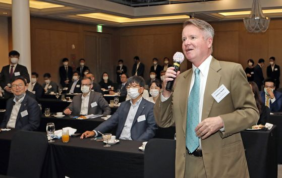Anthony Spaeth, chief editor of the Korea JoongAng Daily, asks FSC Chairman Eun a question. [PARK SANG-MOON]