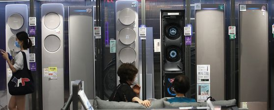 Air conditioners are displayed at Lotte Hi-Mart in Yongsan, central Seoul, Tuesday. Air conditioner sales are rising thanks to the summer heat as well as the government's massive sales discount event. Air conditioner annual sales have reached an all-time record of around 2.5 million units. This year sales are expected to exceed 2.5 million.