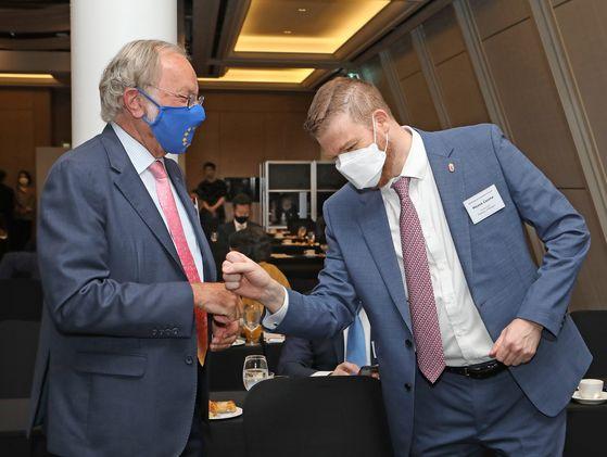Michael Reiterer, ambassador of the European Union to Korea, left, greets Mózes Csoma ambassador of Hungary to Korea. [PARK SANG-MOON]