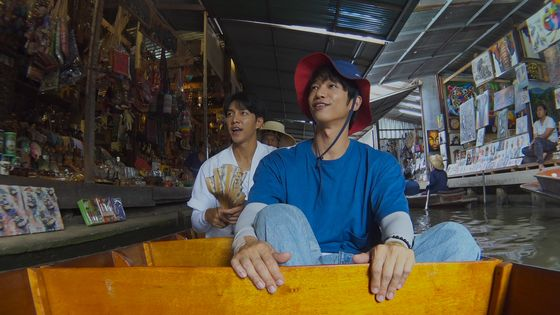 """Lee Seung-gi and Jasper Liu are granted the chance to bond while learning about different cultures through the Netflix travel variety show """"Twogether."""" [NETFLIX]"""