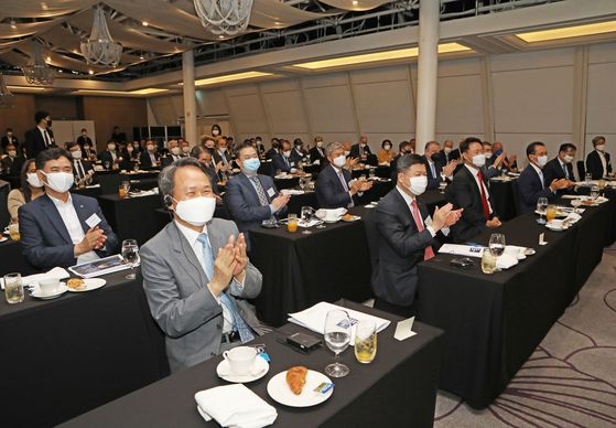 Participants at the Korea Economic Forum applaud after the keynote speech by Financial Services Commission Chairman Eun Sung-soo on Wednesday morning at the Millennium Hilton Seoul in Jung District, central Seoul. [PARK SANG-MOON]