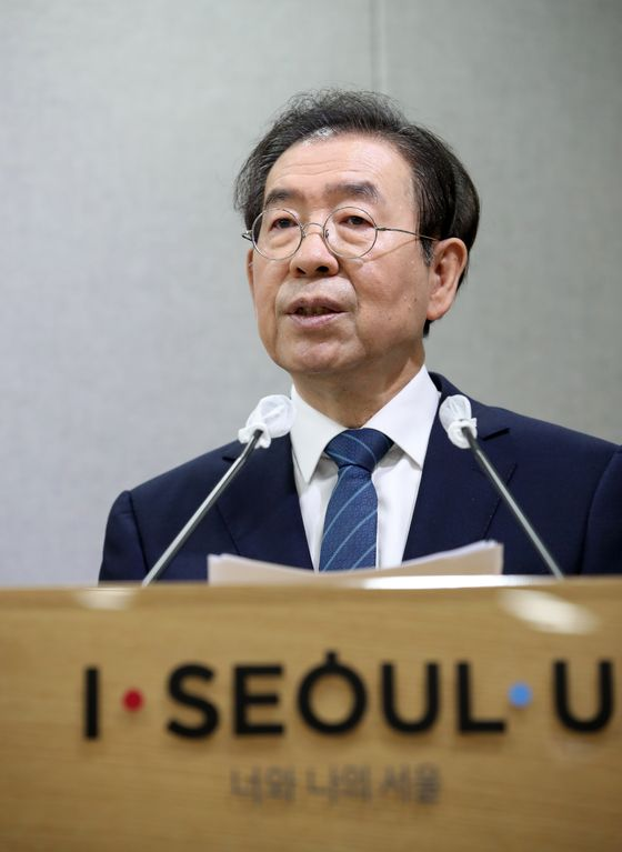 Seoul Mayor Park Won-soon gives a briefing on the city's Green New Deal initiative on Wednesday. [YONHAP]