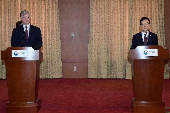 Stephen Biegun, the U.S. deputy secretary of state, left, and South Korean First Vice Minister of Foreign Affairs Cho Sei-young, hold a joint press conference while maintaining social distance after talks at the Foreign Ministry in central Seoul on Wednesday. [YONHAP]