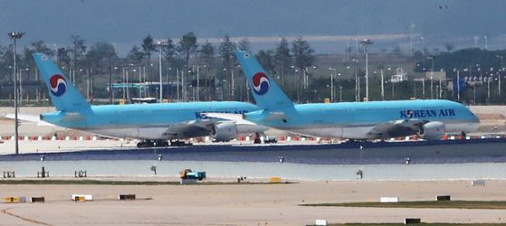 Korean Air Lines aircraft parked at Incheon International Airport on Tuesday. The full-service carrier announced it signed a memorandum of understanding with a private equity firm Hahn & Company to sell its in-flight meals and in-flight duty-free businesses. [NEWS1]
