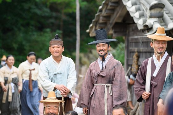 "Actor Kim Dong-wan is featured as a molak yangban in ""The Singer."" [OFFICE DH]"