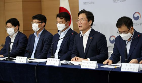 Trade, Industry and Energy Minister Sung Yun-mo, second from right, explains the government's 2.0 strategy for materials, parts and equipment during a joint government press conference on Wednesday, a day before it was officially announced, at the government complex in Seoul. [YONHAP]