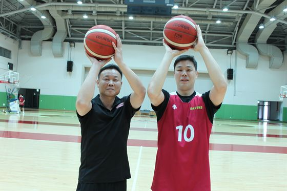 Head coach Cho Sung-won, left, and the club's veteran guard Cho Sung-min hope to lead the club back up to the top in the upcoming 2020-21 season. [PARK RIN]
