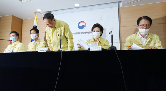 Finance Minister Hong Nam-ki bows after announcing the 22nd real estate measures, which included raising taxes on multiple homeowners at the government complex in Seoul on Friday. [YONHAP]
