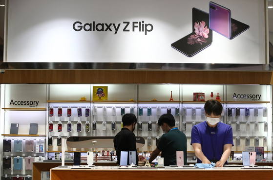 A Samsung Electronics store in Gangnam District, southern Seoul, on July 7. The company announced plans to commit at least 100 billion won ($83 million) in funding to university research related to semiconductors and displays. Basic sciences will be included this year. Samsung earlier reported an earnings surprise in the second quarter. [YONHAP]