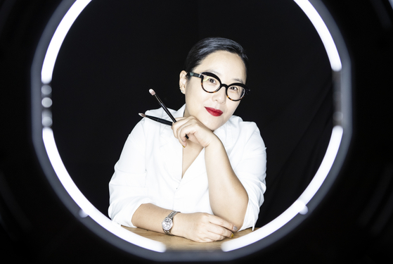 Makeup artist Jung Saem-mool recently published a book in which she details the struggles she faced during her childhood and how they motivated her to succeed. [KWON HYUK-JAE]