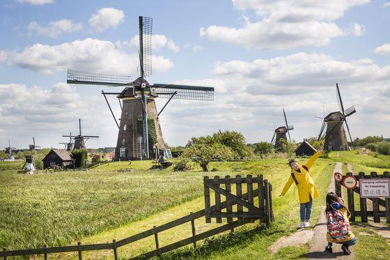 Visitors at Kinderdijk, the Netherlands. [KINDERDIJK WORLD HERITAGE FOUNDATION]