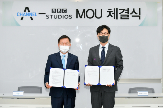 Kim Cha-soo, CEO of the cable network Channel A, and Gao Lee, a representative of the BBC Studios Northeast Asia, signed a memorandum of understanding on Friday. [CHANNEL A]