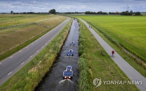 An aerial picture shows students sailing with solar boats along all Frisian Elfstedentocht (Eleven Cities Races) during the Young Solar Challenge in Hindeloopen, on July 7.The 220-kilometer (137-mile) journey must be completely solar-powered in five days. [AFP/YONHAP]
