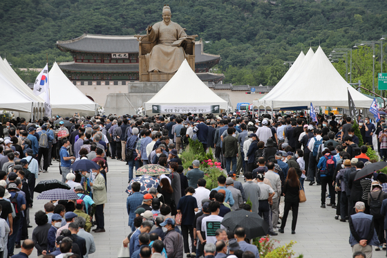 Many people line up on Tuesday to mourn for late Gen. Paik Sun-yup, a Korean War hero, at a mourning altar set up by civic groups in Gwanghwamun Square in central Seoul. The funeral service will be held on Wednesday. [YONHAP]