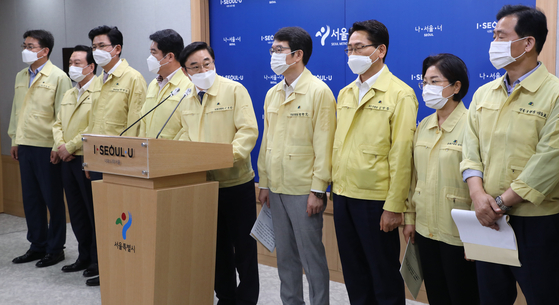 Several district chiefs in Seoul gather in the Seoul Metropolitan Government's briefing room in Jung District, central Seoul, Tuesday, to vow to push through their districts' initiatives regardless of the recent death of Seoul Mayor Park Won-soon. [YONHAP]