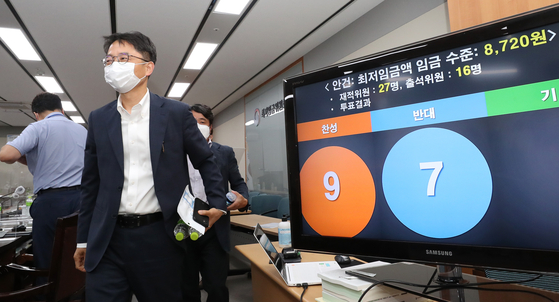 Minimum Wage Commission Chairman Park Joon-shik exits the meeting room after giving a press briefing on the final decision on next year's minimum wage. [YONHAP]