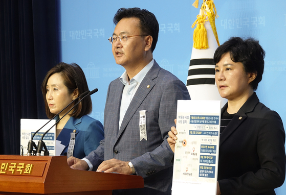 The United Future Party (UFP) lawmakers hold a press conference on Tuesday and urge Justice Minister Choo Mi-ae to order the prosecution to open an investigation into the suspicion that Park had been notified about a probe into his alleged sexual misconduct by state authorities, possibly the police or the Blue House.  [YONHAP]
