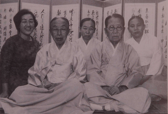 Hwang, far left, and the last kitchen court ladies, who served the king and royal families of the Joseon Dynasty. [KOREAN ROYAL CUISINE CULTURE FOUNDATION]
