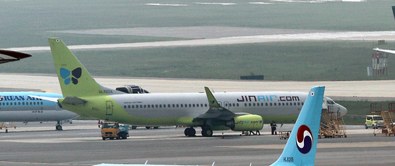 A Jin Air plane parked at Gimpo International Airport in May. The budget carrier is resuming a flight connecting Jeju and Xi'an, China, starting Thursday. [NEWS1]