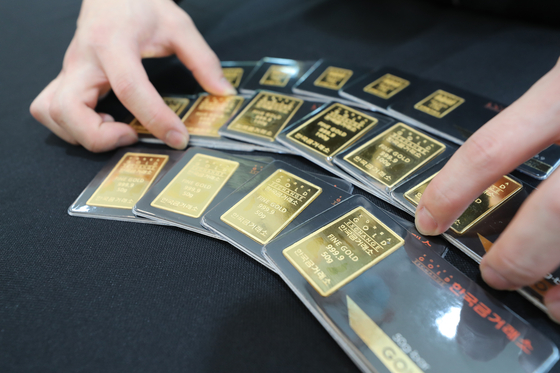 Thin gold bars displayed at the Korea Gold Exchange office in Jongno District, central Seoul, Tuesday. Gold bars on Tuesday surged to an annual high, with a single gram of gold valued at 70,069 won ($58). The gold trading market in Seoul was launched in March 2014. [YONHAP]
