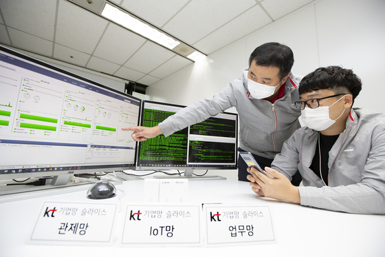 "KT employees test network ""slicing"" on their 5G network. [KT]"