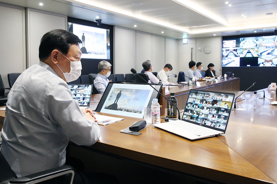 Lotte Group Chairman Shin Dong-bin during the group's biannual value creation meeting held Tuesday. Shin stressed the need to focus on the main business while pursuing innovation. [LOTTE CORPORATION]
