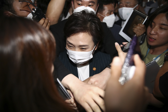 Land Minister Kim Hyun-mee hurriedly leaves a conference without answering questions from reporters after meeting with ruling party lawmakers at the National Assembly last Thursday. [LIM HYUN-DONG]