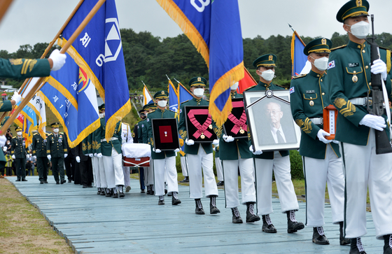 A burial ceremony is held for Paik Sun-yup, a Korean War hero and four-star general who died last Friday, at the Daejeon National Cemetery Wednesday. The funeral procession started from Asan Medical Center in Seoul earlier that morning. [YONHAP]