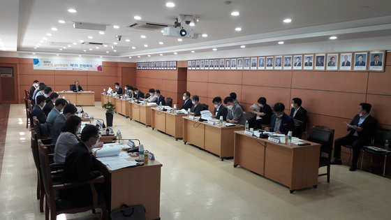 A committee of experts reviewing alternatives to mandatory military service holds its first meeting on Wednesday. [Military Manpower Administration]