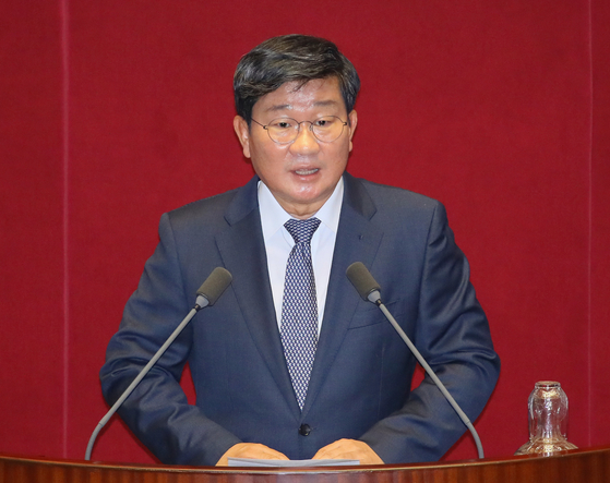 Democratic Party (DP) Rep. Jeon Hae-cheol gives an acceptance speech after being elected chairman of the Intelligence Committee on Thursday.  [YONHAP]