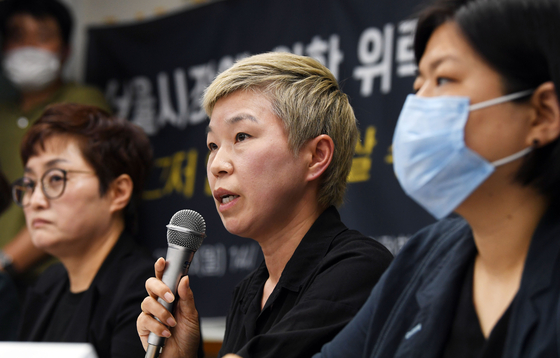 Kim Jae-ryon, center, a lawyer for a former secretary of deceased Seoul Mayor Park Won-soon, speaks during a press conference on the late mayor's alleged sexual misconduct Monday afternoon in northern Seoul. [YONHAP]