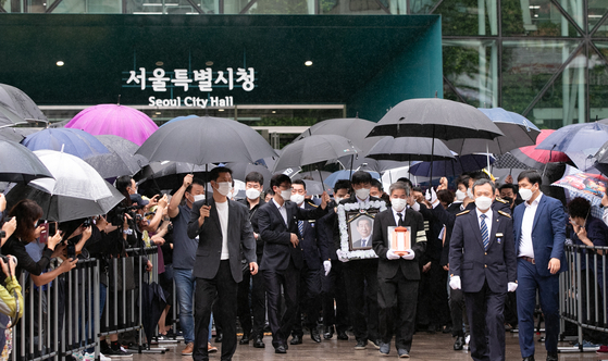 A mortuary tablet and portrait of late Seoul Mayor Park Won-soon leave Seoul City Hall on Monday morning after a funeral service was held inside the government office building. [NEWS1]