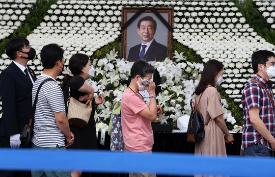 Visitors line up to pay their respects to late Seoul Mayor Park Won-soon at a mourning altar outside Seoul City Hall in Jung District, central Seoul, on Sunday. The altar is open from 8 a.m. to 10 p.m. through Monday. [NEWS1]