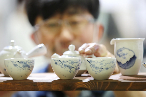 Artist Park Seung-il displays his tea cups at the 18th Tea World Festival 2020 held on Thursday in Coex in Gangnam District, southern Seoul. At the festival, visitors can look at different styles of cups and teapots from 15 different companies. The annual event will run through Sunday. [YONHAP]