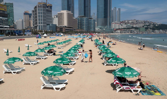 A view of Haeundae Beach on July 5, the first weekend since the beach's opening this year. [JOONGANG PHOTO]
