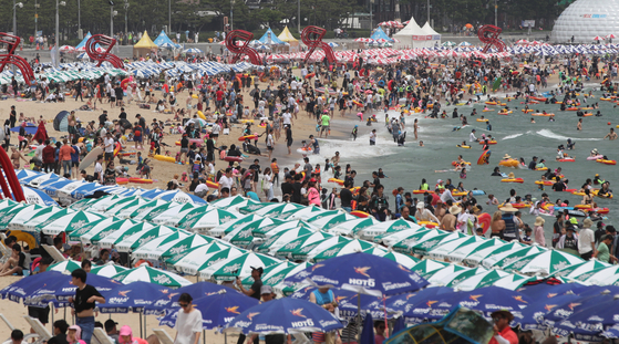 What Haeundae Beach in Busan used to look like in July from a photo taken in 2019. [JOONGANG PHOTO]