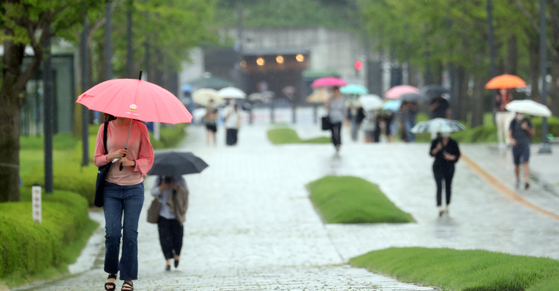 People using umbrellas to protect themselves from the rain. [NEWS1]