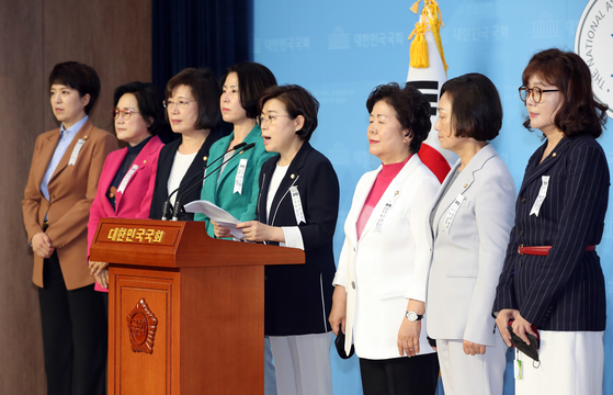 Lawmakers of the main opposition United Future Party (UFP) call for justice in the alleged sexual harassment case involving the late Seoul Mayor Park Won-soon during a Thursday press conference at the National Assembly in Yeouido, western Seoul. [YONHAP]