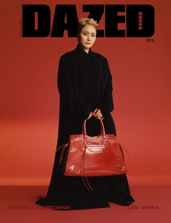 Singer Lee So-ra on the cover of fashion magazine Dazed. [DAZED KOREA]