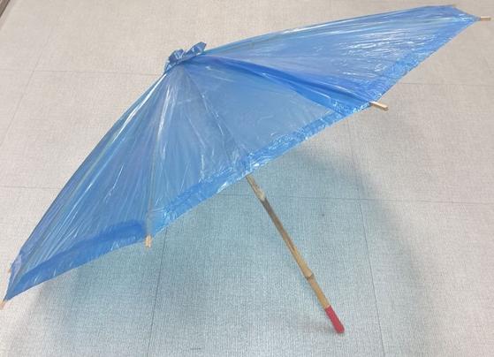 Blue plastic umbrellas were popular in Korea before cheaper Chinese umbrellas began flooding the market. [JOONGANG PHOTO]