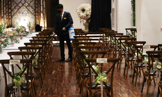 After couples rushed to postpone their weddings in March and April during the peak of the coronavirus, business at banquet halls is slowly starting to pick up again after the curve was flattened. [YONHAP]