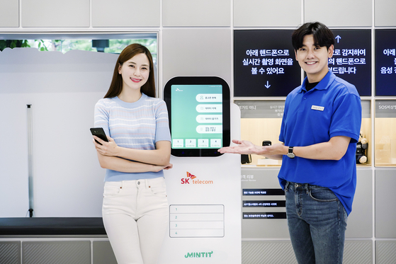 SK Telecom employees posing next to an A.I. (artificial intelligence) kiosk that completely erases all data that are stored on a customer's mobile phone that cannot be recovered. SK Telecom, the leading mobile telecommunication service provider, on Sunday said it is introducing three innovative retail service including direct delivery of ordered phones to customers, stronger privacy protection and unmanned stores. [SK TELECOM]