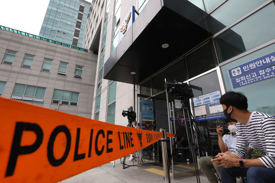 Reporters wait outside the Seongbuk Police Precinct in central Seoul Sunday, where aides to the late Seoul Mayor Park Won-soon were summoned for questioning. [NEWS1]