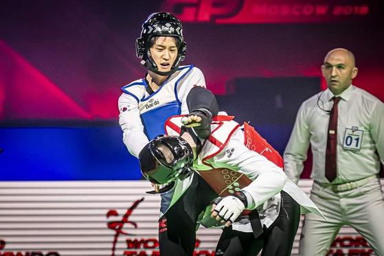 Lee Dae-hoon, in blue helmet, competes during the 2018 World Taekwondo Grand Prix final in Fujairah in Japan. [WORLD TAEKWONDO]