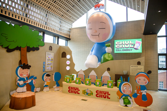 """The photo zone at the """"Yumi's Cells"""" exhibition shows various cells living inside Yumi's brain, including Hunger Cell, who constantly eats, and Sleep Cell, who sings a lullaby. [MEDIA & ART]"""