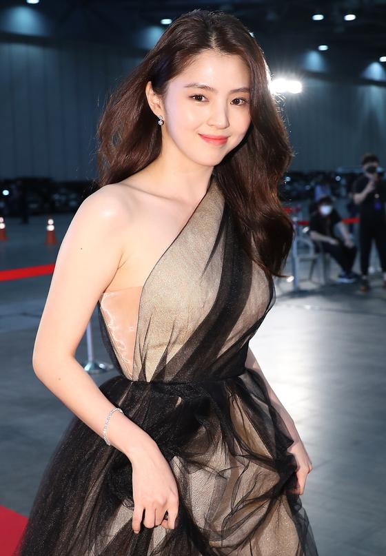 Actor Han So-hee walks the red carpet for the 56th Baeksang Arts Awards at Kintex in Ilsan, Gyeonggi, on June 7. [ILGAN SPORTS]