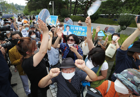 Supporters of Gyeonggi Governor Lee Nak-yon cheer outside the Supreme Court on Thursday after the top court acquitted him.  [YONHAP]