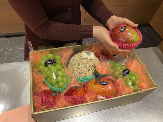 The fruit-subscription service started by Shinsegae Department Store's Gangnam branch in May delivers an assortment of seasonal fruits every week for a 180,000 won ($149) minimum monthly fee. [SHINSEGAE DEPARTMENT STORE]